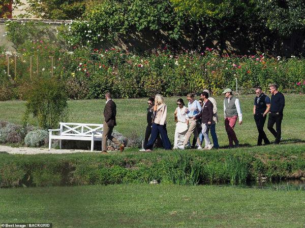 Bị chỉ trích khi thoát án phạt lái xe quá tốc độc, David Beckham vẫn vui vẻ cùng vợ vi vu Pháp với bạn bè-3