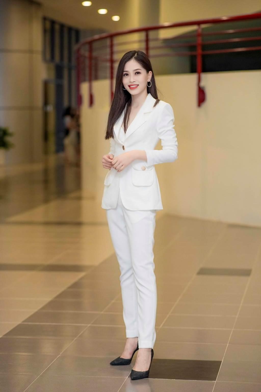 Á hậu Bùi Phương Nga trở về trường, mặc gì cũng đẹp đốn tim fan-2