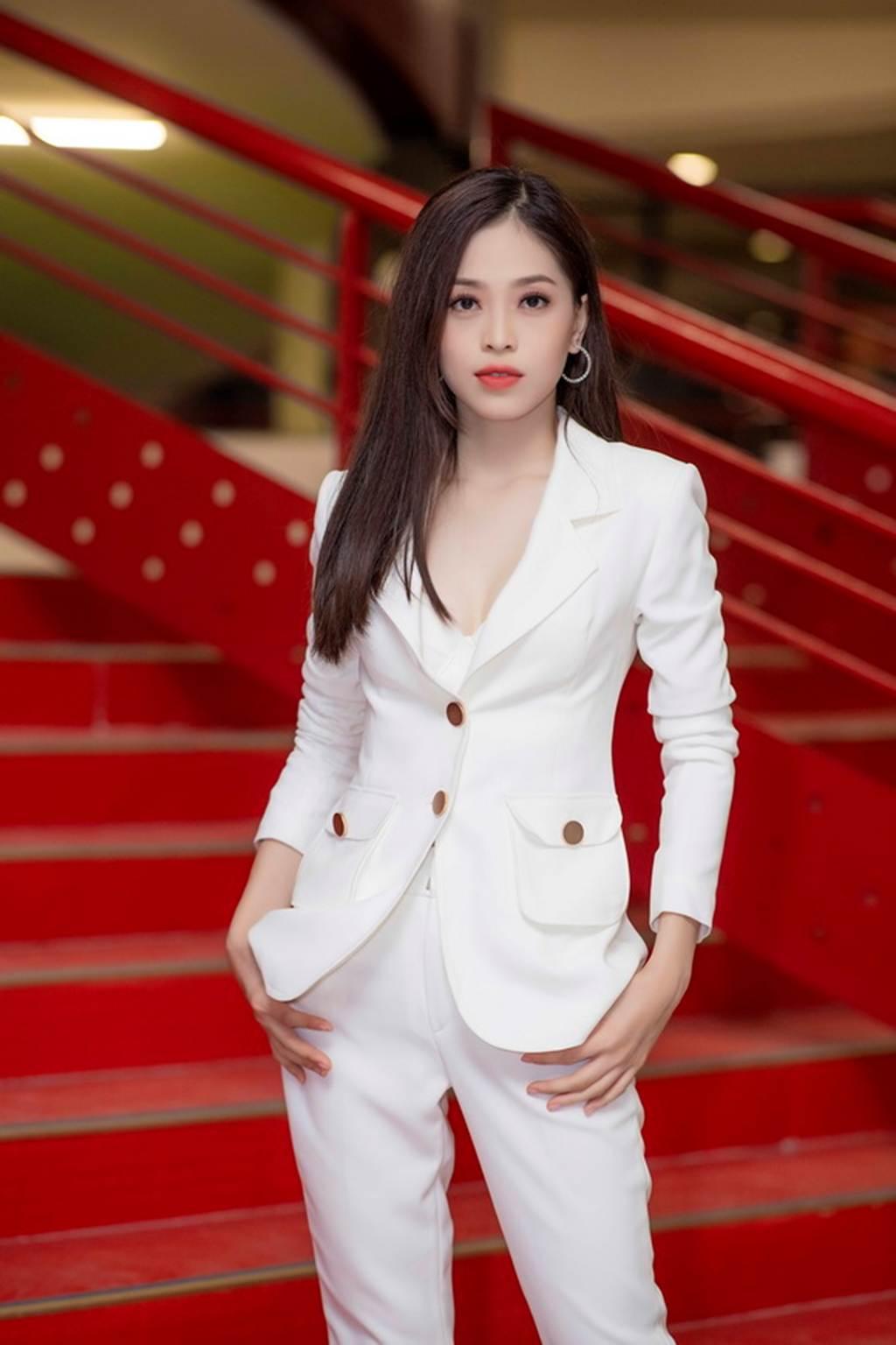 Á hậu Bùi Phương Nga trở về trường, mặc gì cũng đẹp đốn tim fan-5