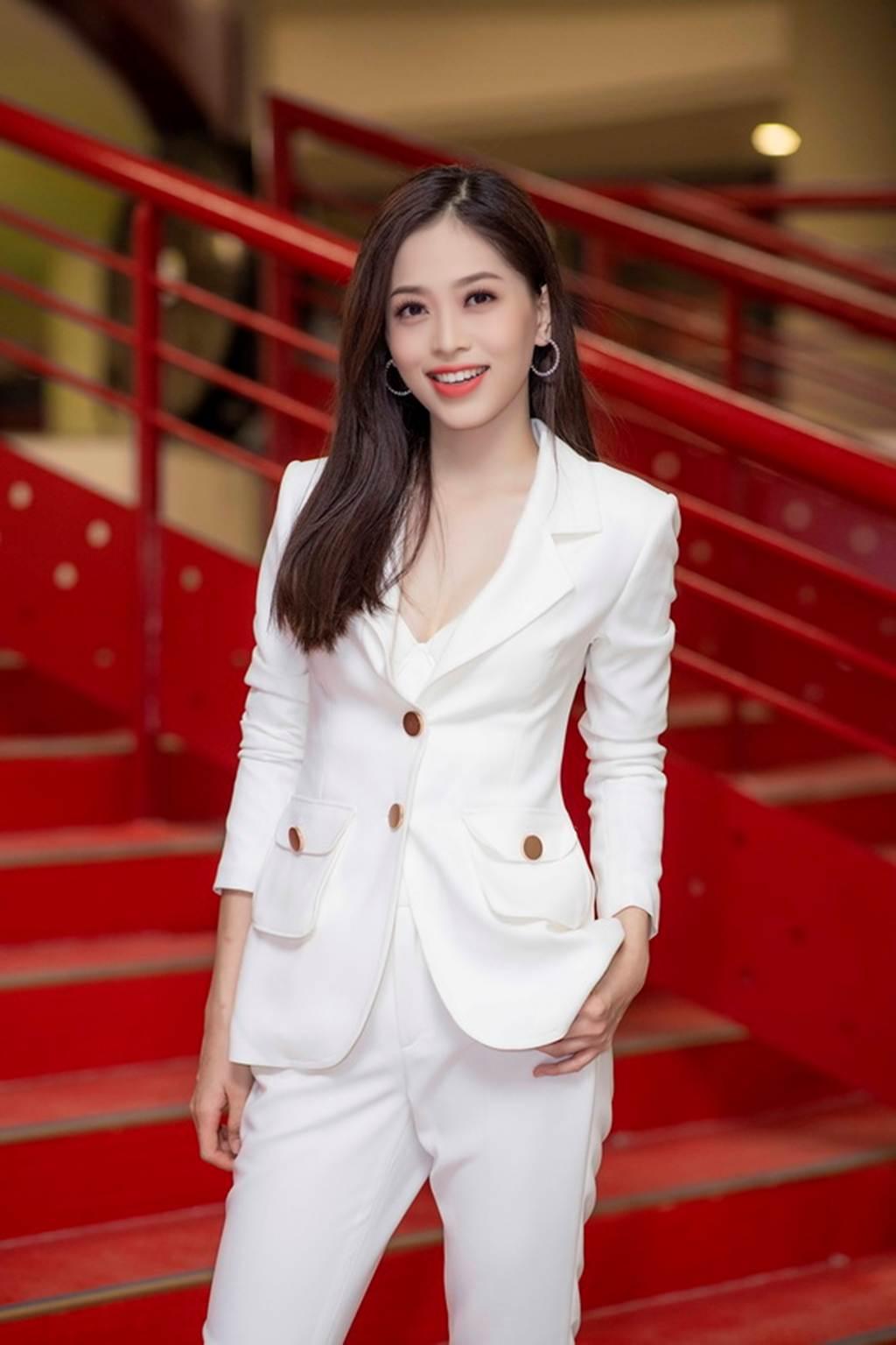 Á hậu Bùi Phương Nga trở về trường, mặc gì cũng đẹp đốn tim fan-6