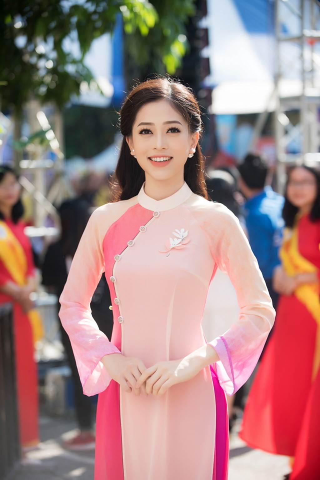 Á hậu Bùi Phương Nga trở về trường, mặc gì cũng đẹp đốn tim fan-9