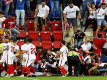Khán đài sập ở Tây Ban Nha, fan Pháp bị xịt hơi cay