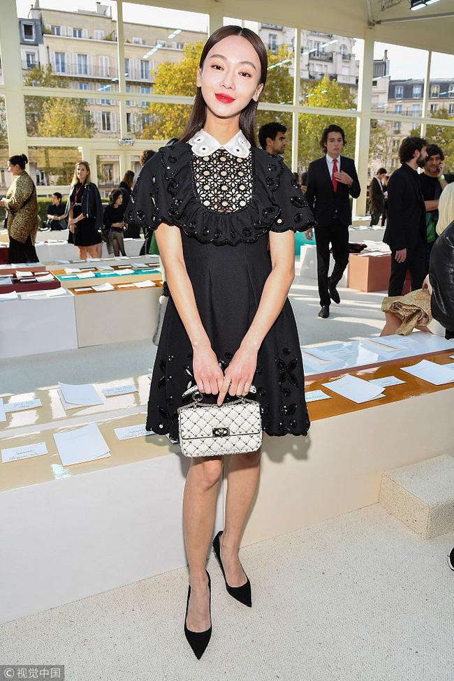 Ngô Cẩn Ngôn mặc đẹp nhưng kém sang vì quá gầy, Xa Thi Mạn nhờ nhan sắc xinh đẹp vớt vát một ca mặc sến tại Paris Fashion Week-1