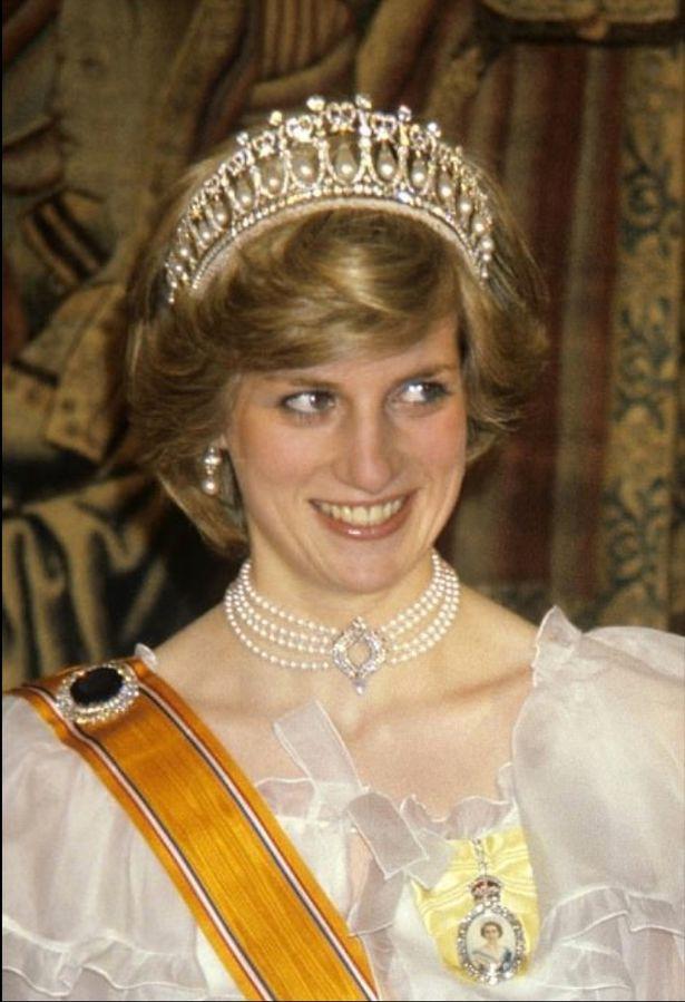 Gia đình Kate bị chỉ trích dữ dội, dư luận đòi tẩy chay vì bán bộ váy đẫm máu cho trẻ em gợi nhắc đến Công nương Diana quá cố-2
