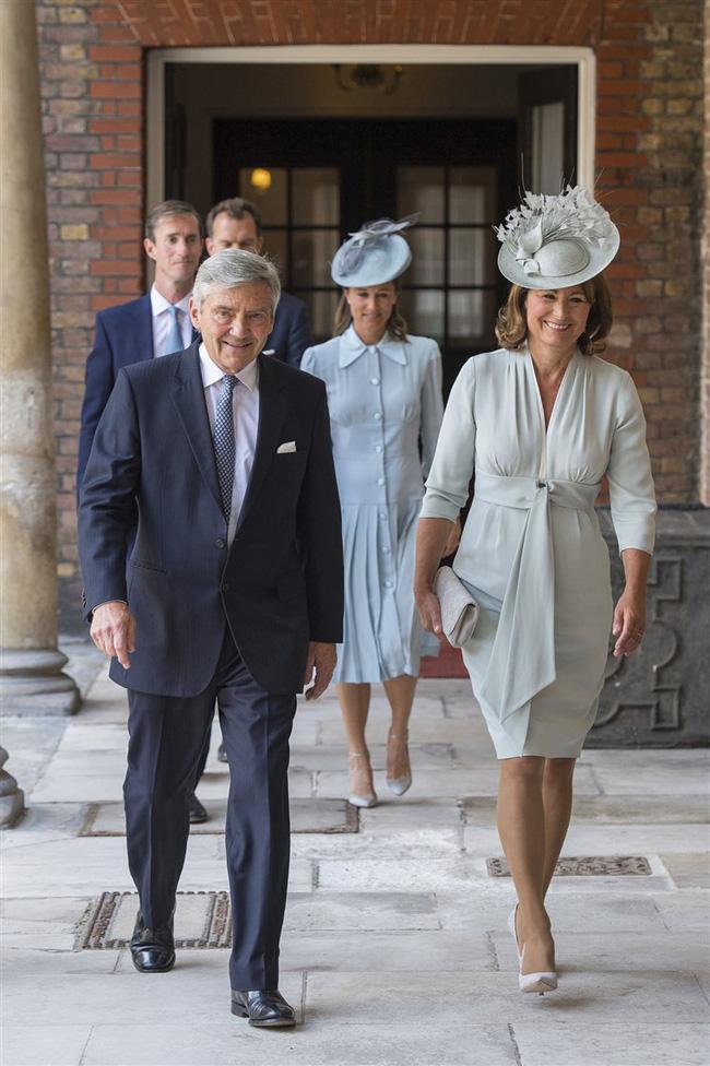Gia đình Kate bị chỉ trích dữ dội, dư luận đòi tẩy chay vì bán bộ váy đẫm máu cho trẻ em gợi nhắc đến Công nương Diana quá cố-3