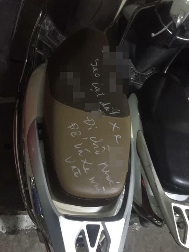 Xuống hầm lấy xe, đôi vợ chồng giật mình với lời nhắn gửi viết trên yên-1