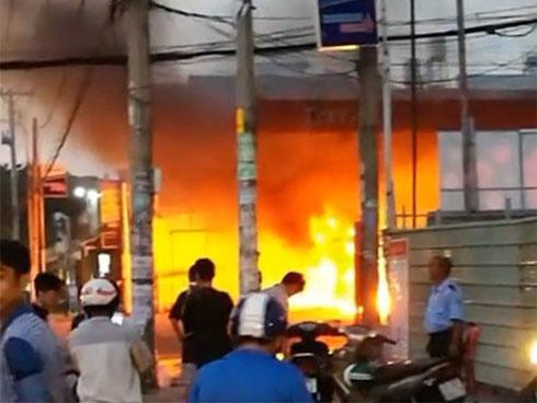 Cháy cây xăng ở Sài Gòn, nhiều người tháo chạy-1