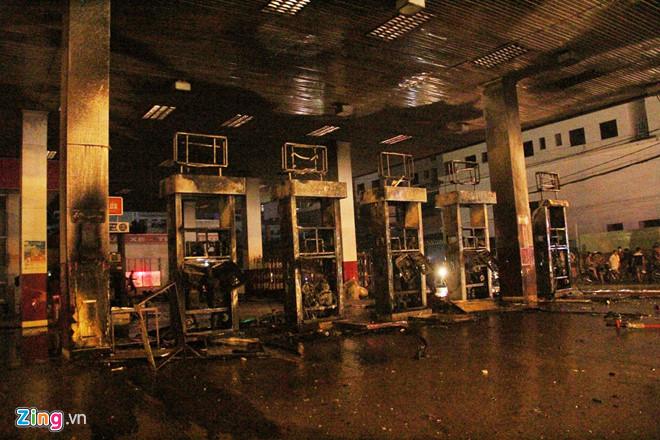Cháy cây xăng ở Sài Gòn, nhiều người tháo chạy-2