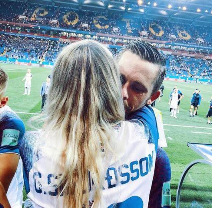 Chàng là cầu thủ điển trai, nàng là hoa hậu xinh không tỳ vết, hai người được ví như cặp Victoria – Beckham của đất nước Iceland-7