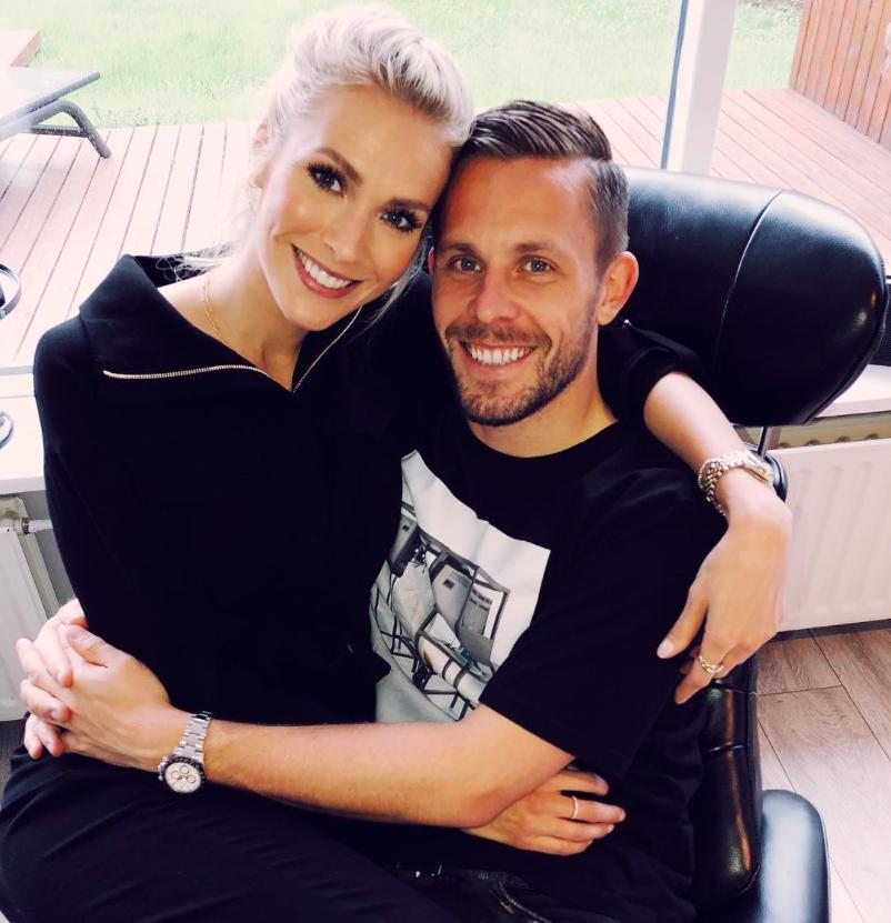 Chàng là cầu thủ điển trai, nàng là hoa hậu xinh không tỳ vết, hai người được ví như cặp Victoria – Beckham của đất nước Iceland-5