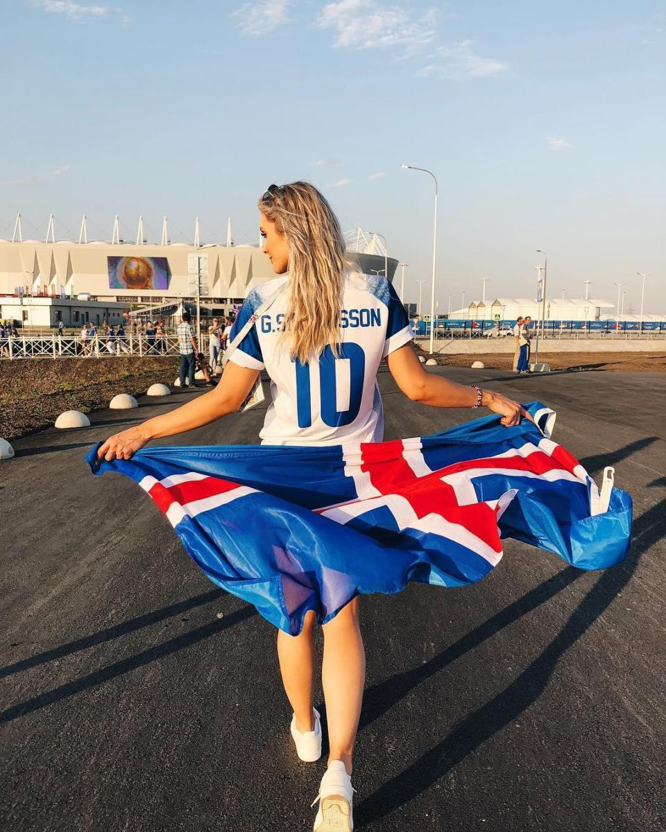 Chàng là cầu thủ điển trai, nàng là hoa hậu xinh không tỳ vết, hai người được ví như cặp Victoria – Beckham của đất nước Iceland-10