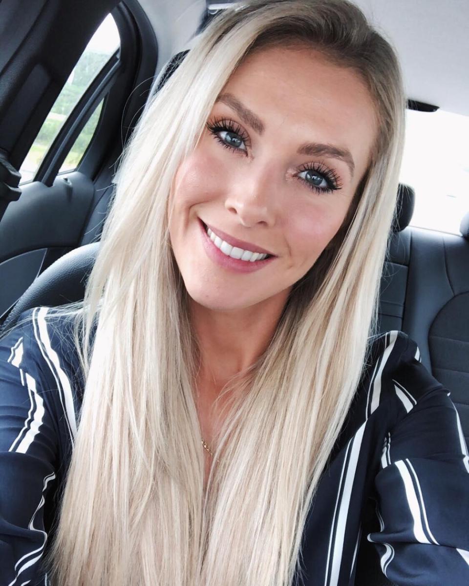 Chàng là cầu thủ điển trai, nàng là hoa hậu xinh không tỳ vết, hai người được ví như cặp Victoria – Beckham của đất nước Iceland-22