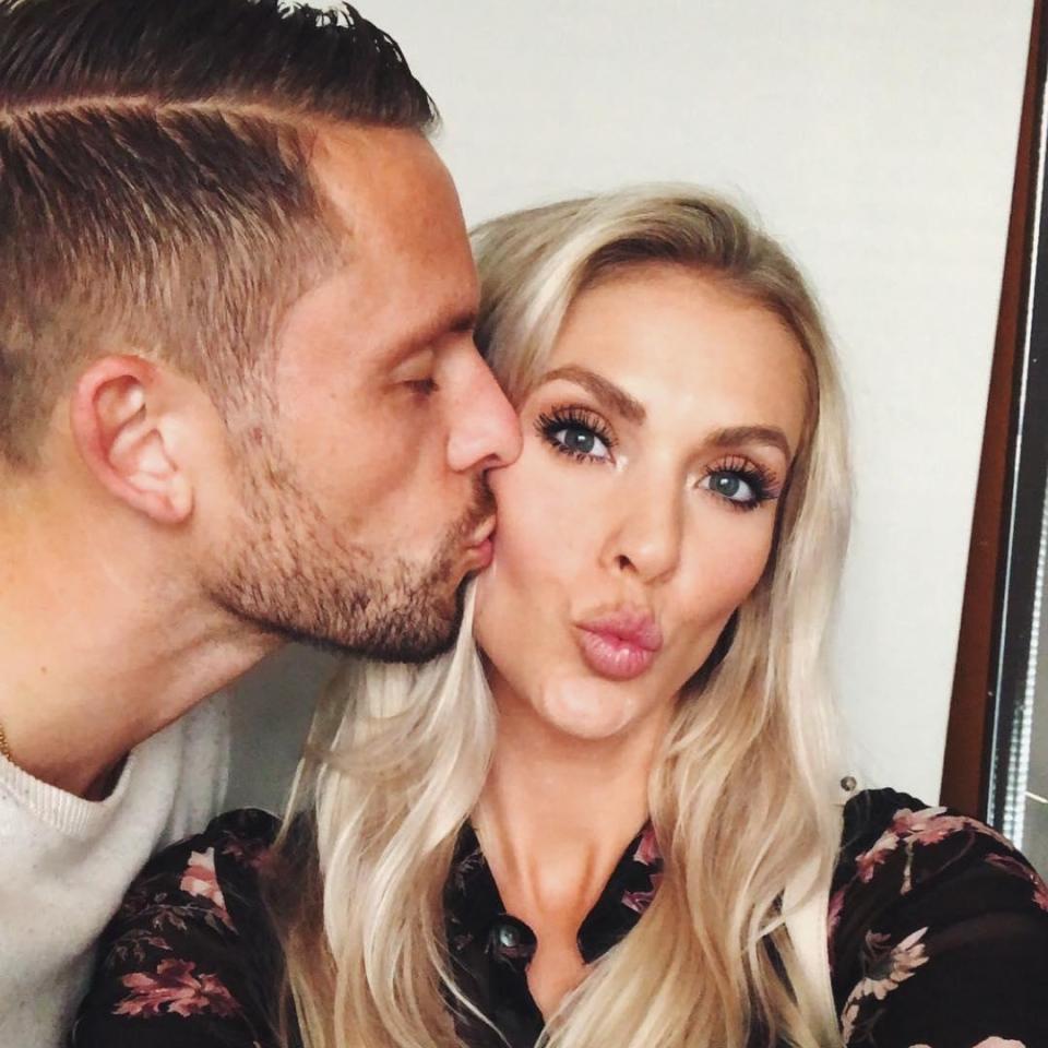 Chàng là cầu thủ điển trai, nàng là hoa hậu xinh không tỳ vết, hai người được ví như cặp Victoria – Beckham của đất nước Iceland-6