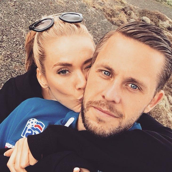 Chàng là cầu thủ điển trai, nàng là hoa hậu xinh không tỳ vết, hai người được ví như cặp Victoria – Beckham của đất nước Iceland-8