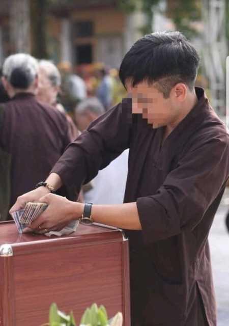 Nam thanh niên xông xáo giúp việc tại lễ cất nóc chùa rồi ôm hòm công đức biến mất-1