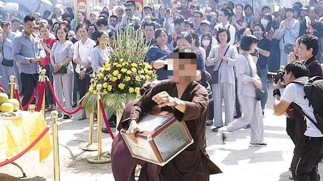 Nam thanh niên xông xáo giúp việc tại lễ cất nóc chùa rồi ôm hòm công đức biến mất-2