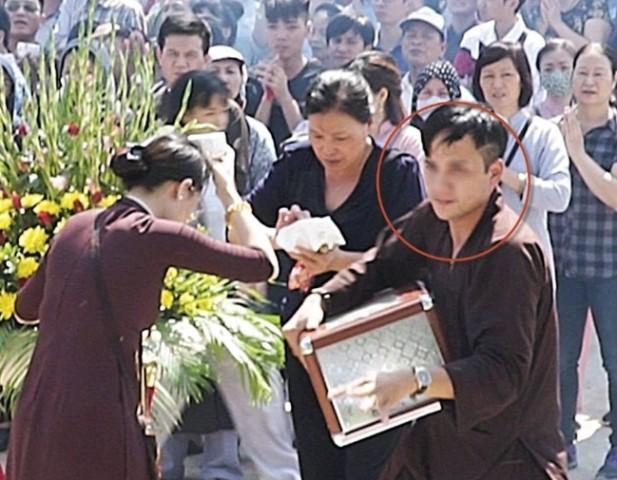 Hé lộ thông tin về nam thanh niên sốt sắng giúp việc chùa rồi ôm hòm công đức mất tích-2