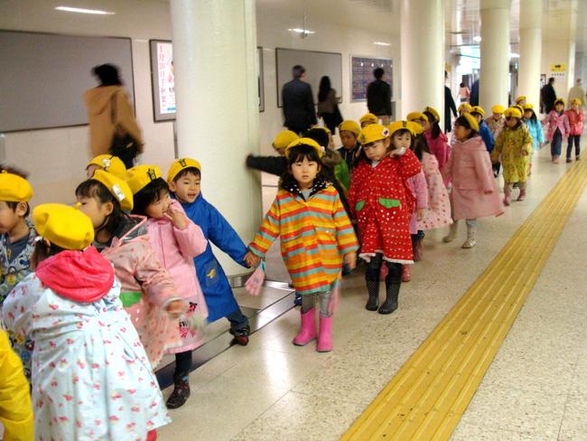 Khám phá bí mật đằng sau việc trẻ em Nhật luôn cư xử ngoan ngoãn ở nơi công cộng-2