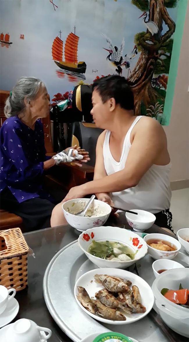 Ấm lòng xem đoạn clip con trai bật hát Xoan, ân cần xúc cơm nịnh mẹ già 90 tuổi ăn từng thìa-1