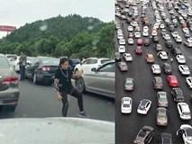 Người phụ nữ vô tư tập Thái Cực Quyền giữa cao tốc vì tắc đường