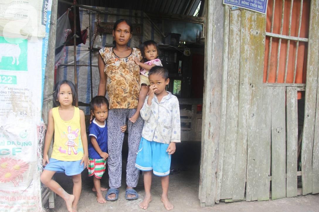 Bị chỉ trích vì nhà nghèo lại đẻ quá nhiều con, mẹ bầu 8 tháng cho biết sẽ triệt sản sau khi sinh em bé-12