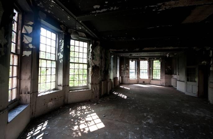 Hình ảnh đầy ám ảnh về những bệnh viện ma bỏ hoang khắp thế giới-4