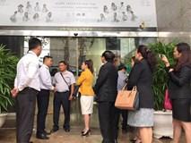 """Bà Lê Hoàng Diệp Thảo tố cáo: """"Nhóm thao túng thuê người mặc đồng phục Trung Nguyên để ngăn chặn và trấn áp tôi ngay từ cửa trụ sở"""
