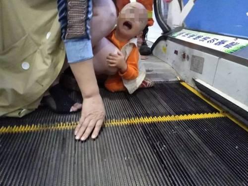 Bé trai 2 tuổi bị kẹt dương vật ở thang cuốn, ai nhìn hình ảnh cũng xót-1