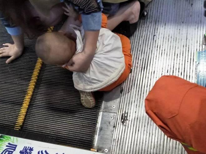 Bé trai 2 tuổi bị kẹt dương vật ở thang cuốn, ai nhìn hình ảnh cũng xót-3