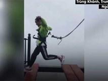 Tuột dây cáp an toàn khỏi người du khách trên cầu treo cao 300m