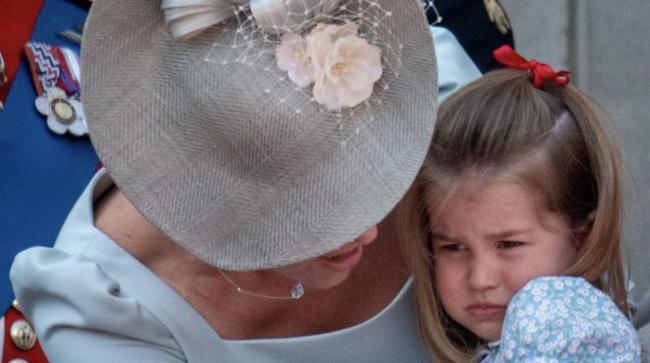 Chỉ một hành động nhỏ nhưng các mẹ sẽ học được 2 chiến thuật xử lý cơn ăn vạ của con giữa chốn đông người từ Công nương Kate Middleton-6