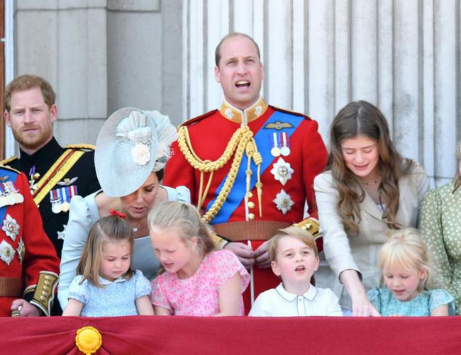 Chỉ một hành động nhỏ nhưng các mẹ sẽ học được 2 chiến thuật xử lý cơn ăn vạ của con giữa chốn đông người từ Công nương Kate Middleton-5
