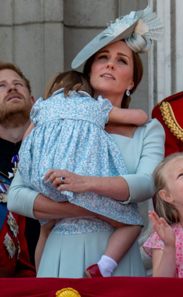 Chỉ một hành động nhỏ nhưng các mẹ sẽ học được 2 chiến thuật xử lý cơn ăn vạ của con giữa chốn đông người từ Công nương Kate Middleton-7
