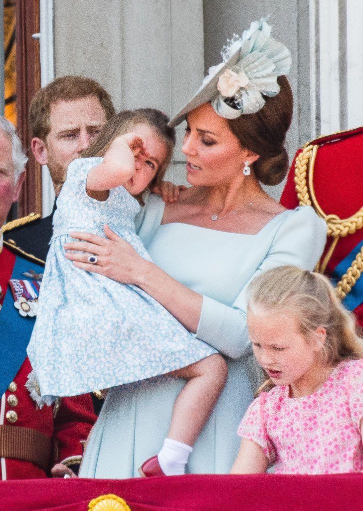 Chỉ một hành động nhỏ nhưng các mẹ sẽ học được 2 chiến thuật xử lý cơn ăn vạ của con giữa chốn đông người từ Công nương Kate Middleton-8