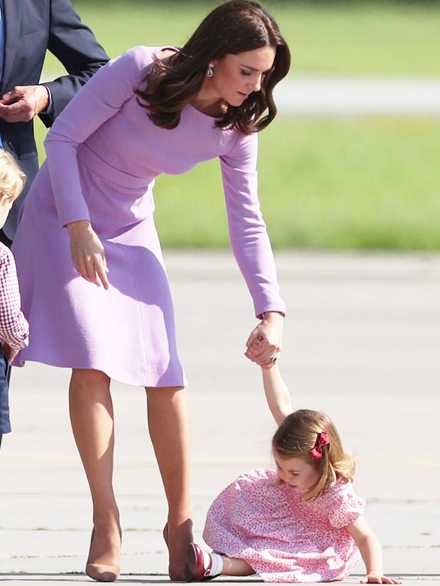 Chỉ một hành động nhỏ nhưng các mẹ sẽ học được 2 chiến thuật xử lý cơn ăn vạ của con giữa chốn đông người từ Công nương Kate Middleton-11