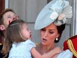 Cái vỗ nhẹ vào lưng và xử trí con ăn vạ của Công nương Kate được báo chí ca ngợi-9