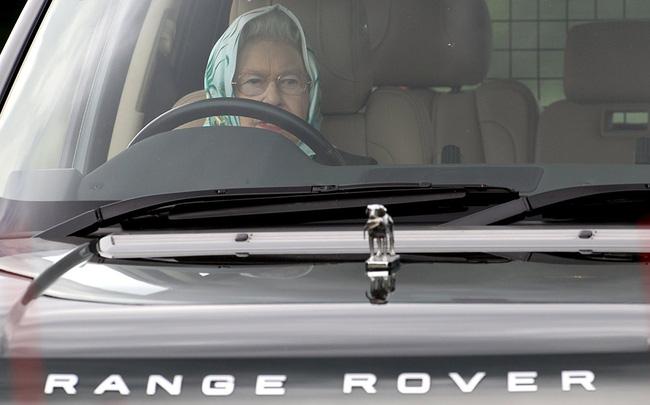 Nữ hoàng không có bằng lái xe nhưng bộ sưu tập xe hơi của bà khiến nhiều người phải choáng ngợp-1