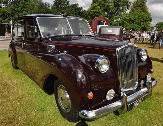 Nữ hoàng không có bằng lái xe nhưng bộ sưu tập xe hơi của bà khiến nhiều người phải choáng ngợp-12