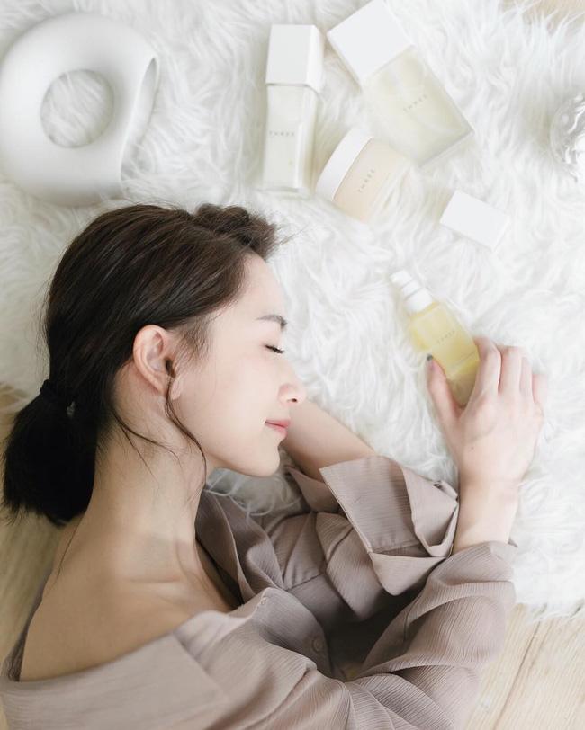 Chuyên gia da liễu chia sẻ 7 tips chăm sóc da mùa hanh khô, trong đó có một điều bạn sẽ không ngờ tới-1