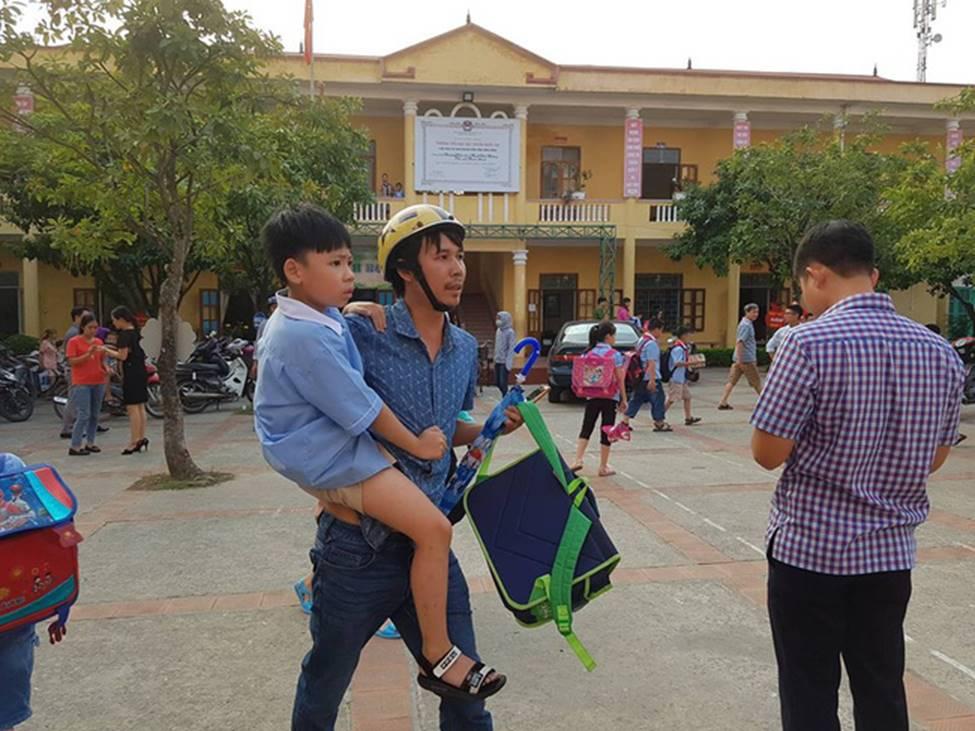 Vụ hàng trăm học sinh ở Ninh Bình nghi ngộ độc: Ruốc gà có mùi kinh lắm con không ăn-6