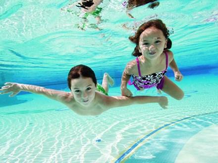 19 người nguy kịch do tiếp xúc với clo tại một hồ bơi ở California, chuyên gia khuyến cáo giải pháp an toàn khi đi bơi