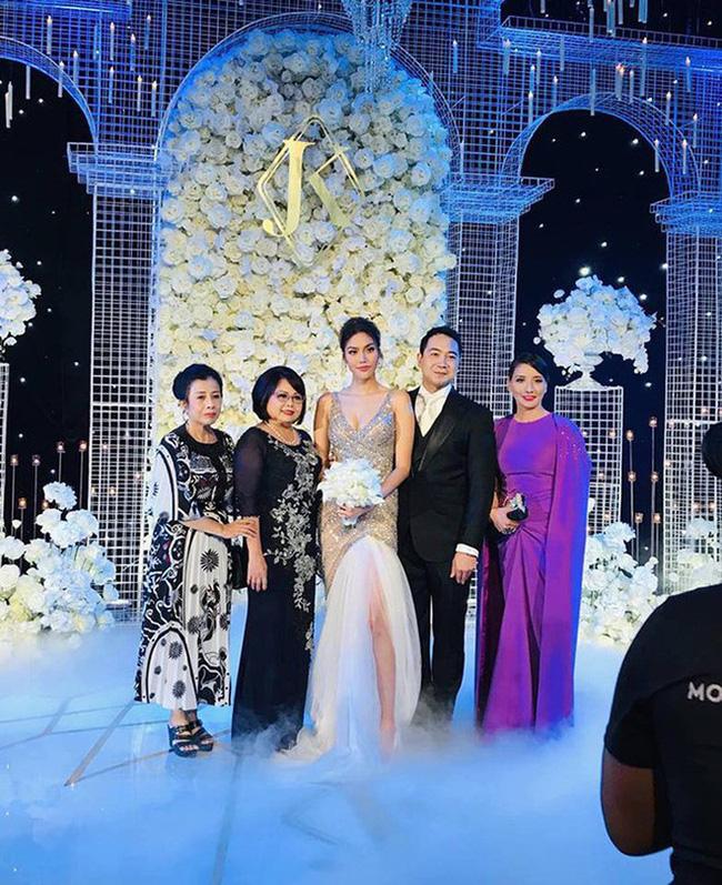 Điểm chung bất ngờ trong đám cưới Lan Khuê - Tú Anh - Thu Ngân: Mẹ cô dâu xinh đẹp, thu hút không kém con gái-3