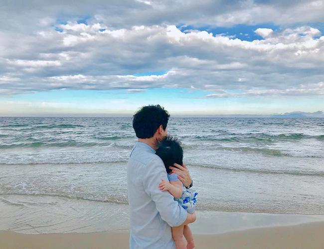 Kỷ niệm 1 năm ngày cưới, Hoa hậu Đặng Thu Thảo khoe ảnh một nhà ba người và để lộ dự định sinh con vào năm sau-2