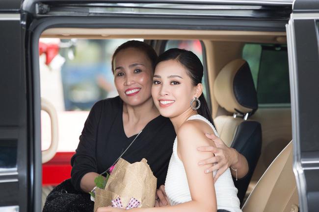 Ngắm nhan sắc và style của các bà mẹ mới hiểu vì sao các bông Hậu của Vbiz lại xinh đẹp duyên dáng đến vậy-1