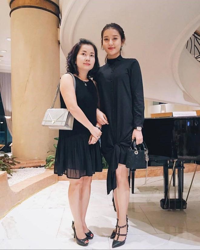 Ngắm nhan sắc và style của các bà mẹ mới hiểu vì sao các bông Hậu của Vbiz lại xinh đẹp duyên dáng đến vậy-31