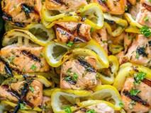 Cuối tuần đãi cả nhà món cá hồi xiên nướng vừa thơm ngon vừa bổ dưỡng