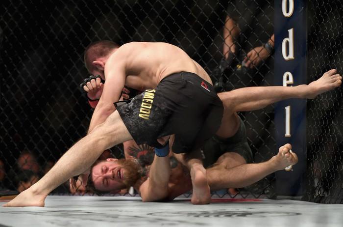 Gã điên McGregor thua đau trong lần tái xuất, tạo ra vụ ẩu đả chưa từng có trong lịch sử UFC-4