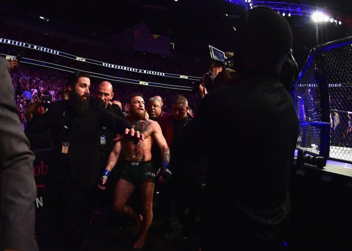 Gã điên McGregor thua đau trong lần tái xuất, tạo ra vụ ẩu đả chưa từng có trong lịch sử UFC-12