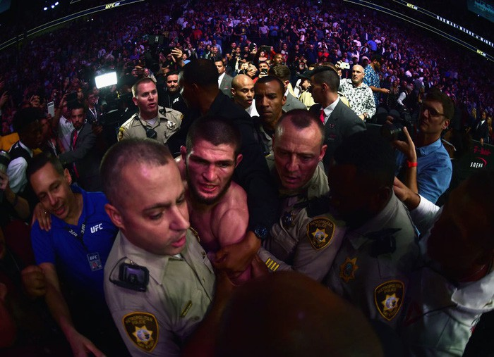 Gã điên McGregor thua đau trong lần tái xuất, tạo ra vụ ẩu đả chưa từng có trong lịch sử UFC-13