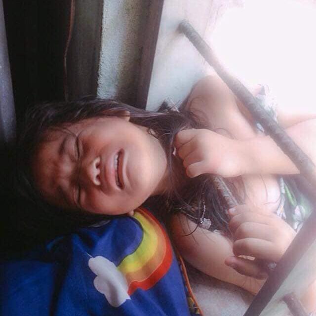 Bé gái nghịch dại kẹt đầu vào song sắt cửa sổ, phụ huynh phải dùng cưa máy để giải cứu-2